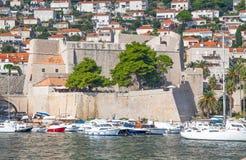 克罗地亚杜布罗夫尼克市 在亚得里亚海老镇的美丽如画的看法和口岸中世纪拉古萨和达尔马希亚海岸  库存照片