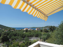 克罗地亚海岛,从晴朗的大阳台的看法 免版税库存图片