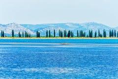 从克罗地亚海岸的一个平安的场面在亚得里亚海 免版税库存图片