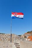 克罗地亚的旗子在杜布罗夫尼克,克罗地亚城市墙壁上的  免版税库存照片