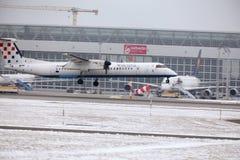 克罗地亚航空公司在慕尼黑机场, MUC,雪飞行 免版税库存图片