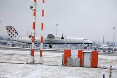 克罗地亚航空公司在慕尼黑机场, MUC,雪飞行 免版税图库摄影