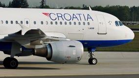 克罗地亚航空公司平面乘出租车在慕尼黑机场, MUC 股票录像