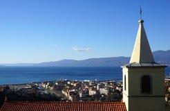克罗地亚镇力耶卡 最旧的Trsat教会–圣乔治受难者,侧视图,有鸟瞰图对镇和Kvarner地区 库存图片
