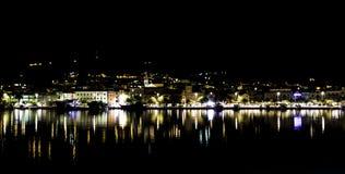 克罗地亚镇在夜-马卡尔斯卡,马卡尔斯卡里维埃拉,达尔马提亚,克罗地亚之前 免版税图库摄影