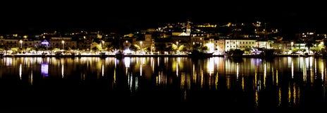 克罗地亚镇在夜-马卡尔斯卡,马卡尔斯卡里维埃拉,达尔马提亚,克罗地亚之前 库存图片