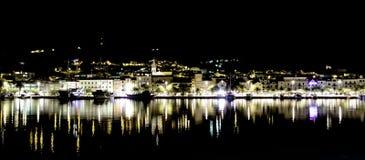 克罗地亚镇在夜-马卡尔斯卡,马卡尔斯卡里维埃拉,达尔马提亚,克罗地亚之前 免版税库存照片