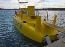 克罗地亚-半黄色潜水艇被停泊在码头 图库摄影