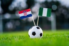 克罗地亚-尼日利亚,小组D,星期六,16 世界杯6月,橄榄球,俄罗斯2018年,在绿草,白色橄榄球ba的国旗 免版税库存图片