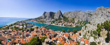 克罗地亚omis全景城镇 免版税库存照片