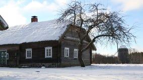 克莱佩达,立陶宛- 2018年1月12日:在池塘附近的老德国农厂房子反映的神奇房子在拉脱维亚 股票录像
