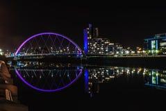 克莱德弧桥梁在格拉斯哥在晚上 免版税库存图片