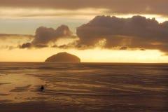 克莱德日落峡湾与小船和艾尔萨岩的 库存图片
