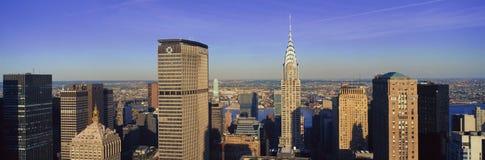 克莱斯勒大厦和遇见的生活大厦,曼哈顿, NY地平线全景鸟瞰图  免版税图库摄影