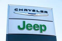 克莱斯勒,吉普汽车反对蓝天的经销权标志 库存图片