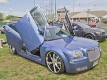克莱斯勒300汽车有蝴蝶门侧视图 免版税库存图片