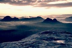 克莱纳温特尔贝尔格景色 在落矶山脉的上面的意想不到的梦想的日出有看法到有薄雾的谷里 图库摄影