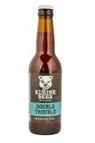 克莱茵啤酒啤酒瓶从弗里斯兰省人工艺啤酒厂的双麻烦在Lemmer 免版税库存照片