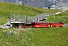 从克莱茵沙伊德格的齿轨铁路Jungfraujoch的 免版税库存照片
