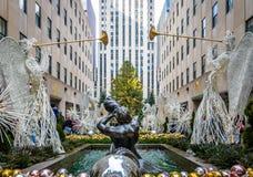 洛克菲勒中心与天使和树-纽约,美国的圣诞节装饰 免版税库存照片