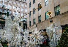 洛克菲勒中心与天使和树-纽约,美国的圣诞节装饰 免版税库存图片