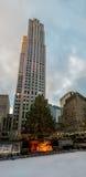 洛克菲勒中心大厦和装饰的圣诞树-纽约,美国垂直的看法  图库摄影
