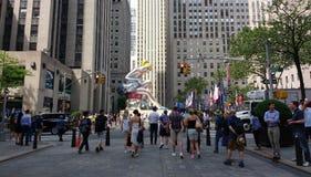 洛克菲勒中心,安装的芭蕾舞女演员杰夫・昆斯,纽约, NYC, NY,美国 库存照片