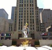 洛克菲勒中心,安装的芭蕾舞女演员杰夫・昆斯,纽约, NYC, NY,美国 库存图片