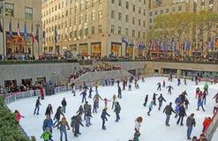 洛克菲勒中心滑冰的溜冰场 免版税图库摄影