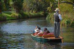 巡航在星期天下午的河下 库存图片