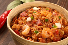 克里奥尔人的什锦菜肴-米烹调用虾、熏制的香肠和t 库存照片