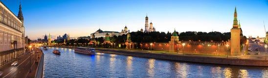 克里姆林宫、克里姆林宫堤防和莫斯科河在晚上在莫斯科,俄罗斯 免版税库存照片