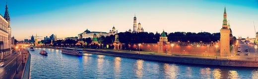 克里姆林宫、克里姆林宫堤防和莫斯科河在晚上在莫斯科,俄罗斯 库存照片