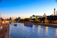 克里姆林宫、克里姆林宫堤防和莫斯科河在晚上在莫斯科,俄罗斯 库存图片