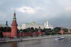 克里姆林宫全景在一个晴天 在莫斯科河的游轮风帆 图库摄影