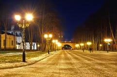 克里姆林宫公园在Veliky诺夫哥罗德,俄罗斯-夜五颜六色的风景 免版税库存图片