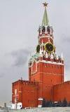克里姆林宫冬天阴云密布天的Spasskaya塔 图库摄影