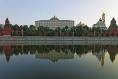 克里姆林宫前面视图和反射在河 库存图片