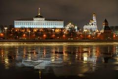 克里姆林宫反射在冬天晚上 免版税库存图片