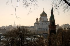 克里姆林宫和基督救世主教会在莫斯科 免版税库存图片