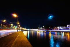 克里姆林宫和船在Moskva河在晚上在满月下 定期流逝 免版税库存图片