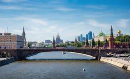 克里姆林宫和莫斯科河的全景在中心 免版税库存照片