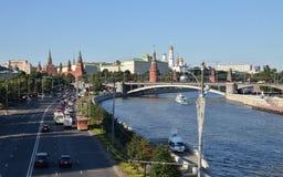 克里姆林宫和莫斯科河码头与巡航小船,俄罗斯 免版税库存图片
