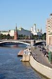 克里姆林宫和莫斯科河码头与巡航小船,俄罗斯 免版税库存照片
