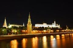 克里姆林宫和莫斯科河,莫斯科,俄罗斯的夜视图 库存图片