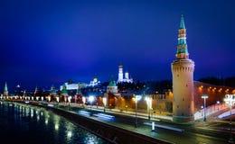 克里姆林宫和Moskva河堤防夜视图 免版税库存图片