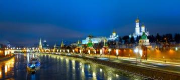 克里姆林宫和Moskva河堤防夜视图 库存图片