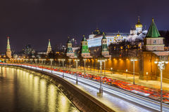 克里姆林宫和Moskva河的夜视图 免版税库存图片