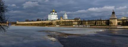 克里姆林宫在普斯克夫,俄罗斯 古老堡垒 纽约三一教堂Golden Dome  免版税库存图片