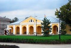 克里姆林宫在阿斯特拉罕,俄罗斯。曲拱装饰的一个黄色大厦。 免版税库存照片